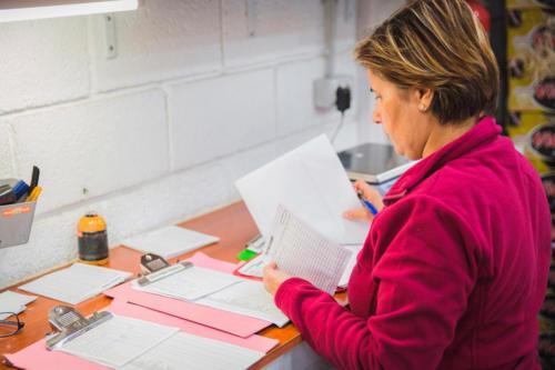 Trabajadora revisando documentación