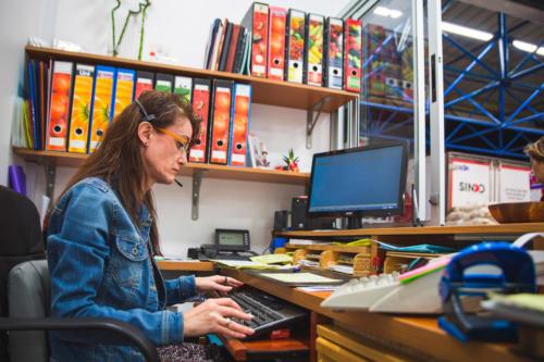 Trabajadora en el escritorio